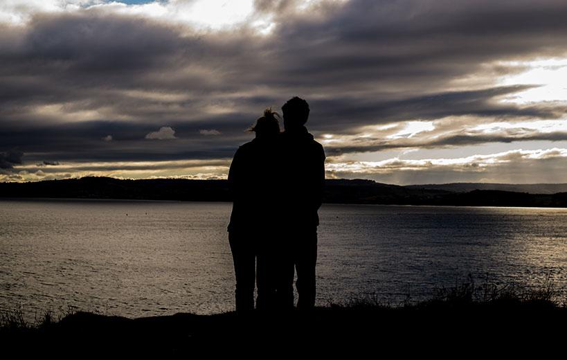 couple silhouette sunset seaside